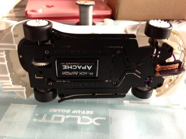 aston-martin-dbr9-black-arrow-carrosserie-et-chassis-monte-de-dessous