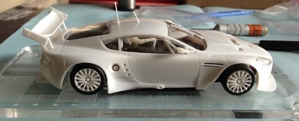 aston-martin-dbr9-black-arrow-carrosserie-et-chassis-monte-vue-de-cote