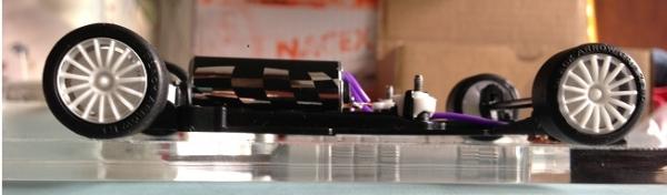 aston-martin-dbr9-black-arrow-chassis-en-ligne-complet-vue-profil