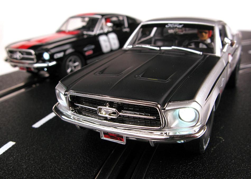 Carrera: Deux Mustang pour les circuits routiers électriques