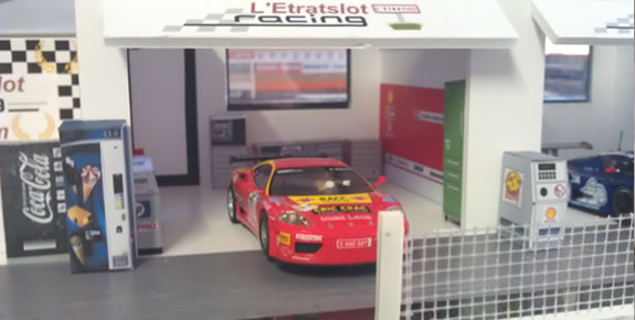 l interieur du stand ferrari slot cars passion. Black Bedroom Furniture Sets. Home Design Ideas