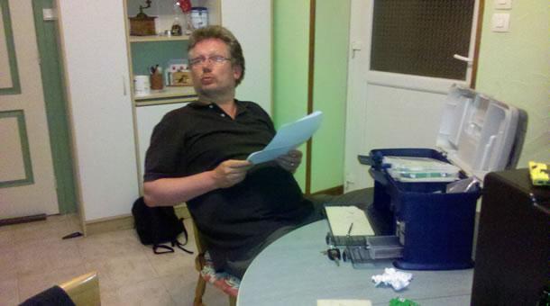 Fred des Foreziens en train d'étudier un règlement sportif
