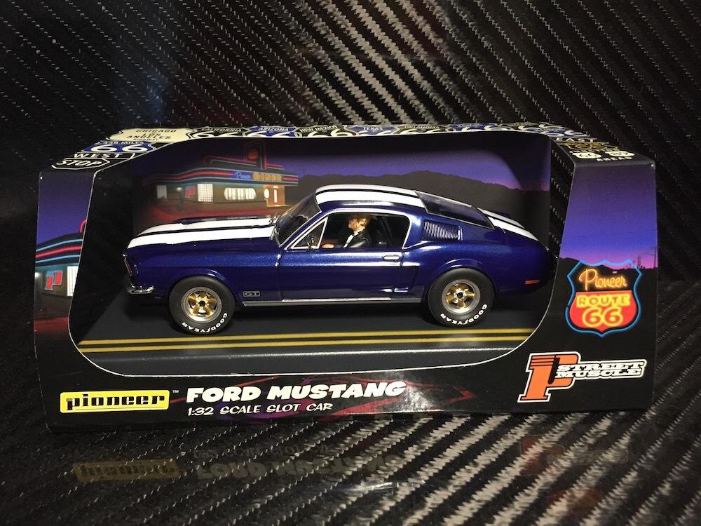 P055 Pioneer Mustang Fastback GT, Bleu nuit, « Route 66 »