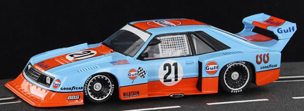 """Sideways: La Ford Mustang Turbo """"Édition Gulf Livery #21"""" – HC05"""