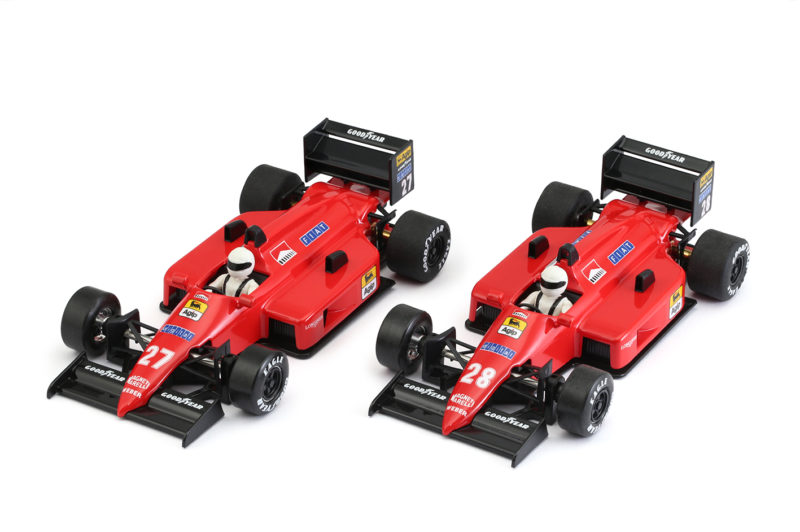 NSR Slot les deux F1 8689 Red Italia en approchent