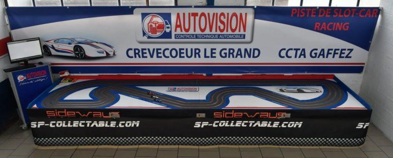 Une piste de slot racing dans un centre de contrôle technique automobile